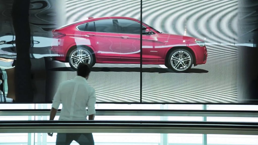 The Moving Wall – animated print poster for BMW X4